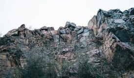 Rocas en el fondo del fondo de las montañas del cielo foto de archivo libre de regalías
