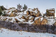 Rocas en el invierno en las montañas de los Urales Fotos de archivo libres de regalías