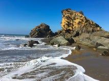Rocas en el La Tinosa, Ecuador de Playa imagen de archivo