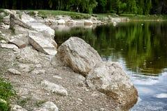 Rocas en el lado del lago Foto de archivo
