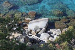 Rocas en el lago turquoise Fotografía de archivo
