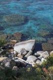 Rocas en el lago turquoise Foto de archivo