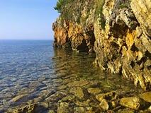 Rocas en el mar adriático en la costa de Montenegro Fotos de archivo libres de regalías