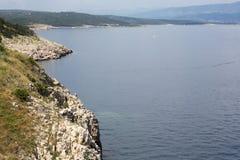Rocas en el mar adriático en la isla croata Krk Fotos de archivo libres de regalías