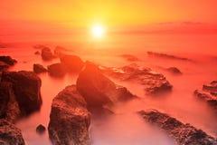 Rocas en el mar adriático en la puesta del sol en la isla de Brac, Croacia Imagenes de archivo