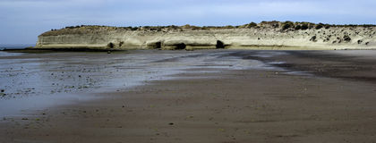 Rocas en el mar durante la bajamar Imagen de archivo