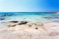Rocas en el mar en la playa de Elafonissi crete Grecia foto de archivo libre de regalías