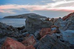 Rocas en el mar en la playa, puesta del sol Foto de archivo