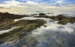 Rocas en el mar y nube en la opinión del cielo Foto de archivo libre de regalías
