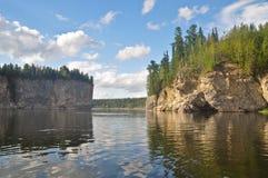 Rocas en el río Schugor en la república de Komi Foto de archivo