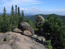 Rocas en el taiga siberiano La reserva de naturaleza Stolby Foto de archivo libre de regalías