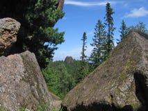 Rocas en el taiga siberiano La reserva de naturaleza Stolby 4 Imagen de archivo