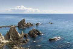 Rocas en filón de las sirenas en el cabo de Gata, Almería, España Imagen de archivo libre de regalías