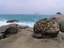 Rocas en línea de la playa foto de archivo libre de regalías
