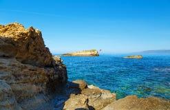 Rocas en la costa del mar del Cretan cerca de Hersonissos, Creta, Grecia imagen de archivo