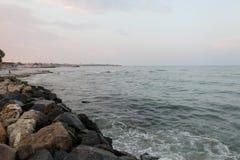 Rocas en la costa del Mar Negro, Rumania, en puesta del sol Imagen de archivo