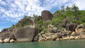 Rocas en la isla y las aguas azules almacen de metraje de vídeo