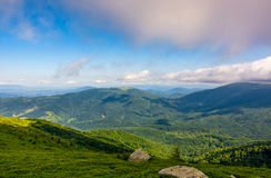 Rocas en la ladera herbosa de montañas cárpatas Foto de archivo libre de regalías