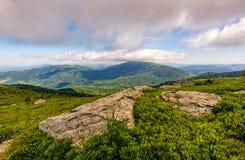 Rocas en la ladera herbosa de montañas cárpatas Fotografía de archivo