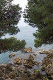 Rocas en la orilla en Cavtat, Dubrovnik imagenes de archivo