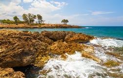 Rocas en la orilla del mar cerca de Gouves, Creta, Grecia foto de archivo