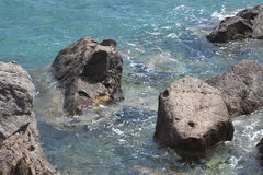 Rocas en la orilla del Mar Egeo Foto de archivo libre de regalías
