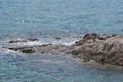 Rocas en la orilla del Mar Egeo Foto de archivo