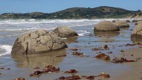 Rocas en la playa almacen de metraje de vídeo