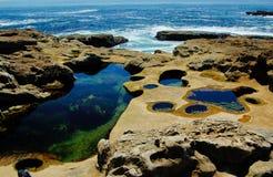 Rocas en las mareas inferiores Imagenes de archivo