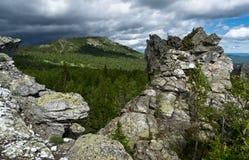 Rocas en las montañas de Ural Imagen de archivo