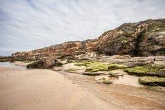 Rocas en los paisajes de la playa y de la costa Imagenes de archivo