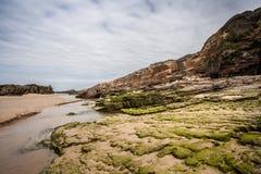 Rocas en los paisajes de la playa y de la costa Foto de archivo libre de regalías
