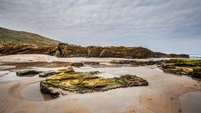 Rocas en los paisajes de la playa y de la costa Imágenes de archivo libres de regalías