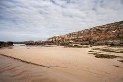 Rocas en los paisajes de la playa y de la costa Fotos de archivo
