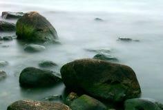 Rocas en niebla Imagenes de archivo