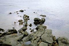 Rocas en orilla del océano fotos de archivo libres de regalías