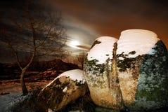 Rocas en un campo de nieve en Bustarviejo fotografía de archivo