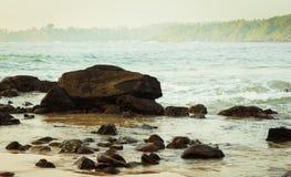 Rocas en una bahía del océano imagenes de archivo