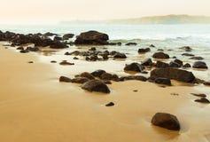 Rocas en una bahía del océano foto de archivo