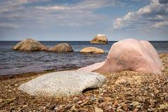 Rocas en una playa y rocas hacia fuera en el mar foto de archivo libre de regalías