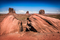 Rocas en valle del primero plano y del monumento en fondo Imagen de archivo