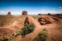 Rocas en valle del primero plano y del monumento en fondo Fotografía de archivo