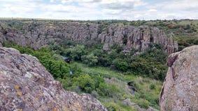 Rocas grandes del barranco enorme Fotos de archivo libres de regalías