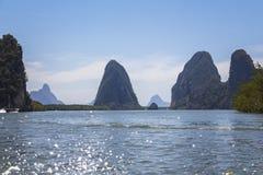 Rocas grandes en el agua en Phang Nga Foto de archivo