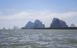 Rocas grandes en el agua en Phang Nga Fotos de archivo