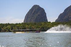Rocas grandes en el agua en Phang Nga Imágenes de archivo libres de regalías