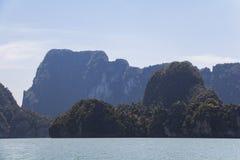 Rocas grandes en el agua en Phang Nga Imagen de archivo libre de regalías