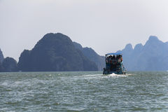 Rocas grandes en el agua en Phang Nga Imagen de archivo