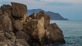 Rocas grandes en la playa Imágenes de archivo libres de regalías