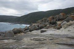 Rocas grandes en vista de las sopladuras en el parque nacional de Torndirrup cerca de Albany Imágenes de archivo libres de regalías